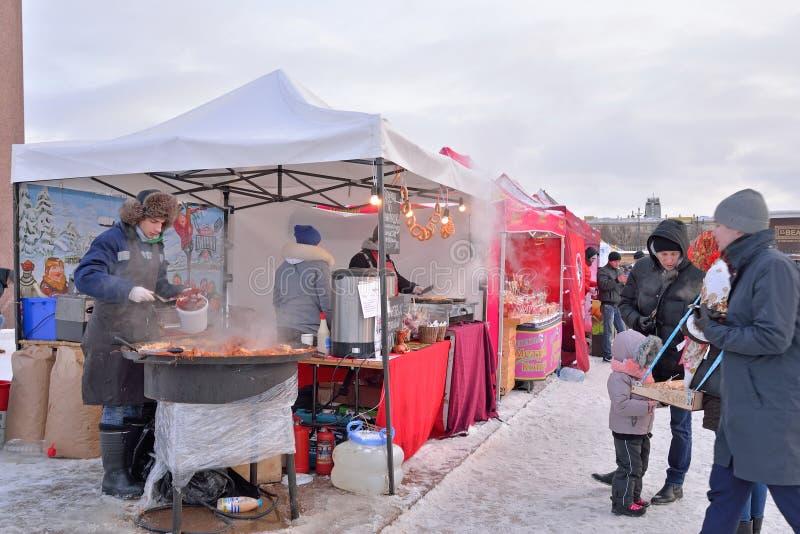 烹调在大锅的假日食物在Mosc的狂欢节 免版税库存照片