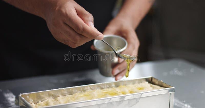 烹调在家做的面包的人 免版税库存照片