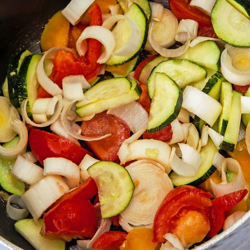 烹调在平底锅的健康菜自创混乱油炸物 免版税库存照片