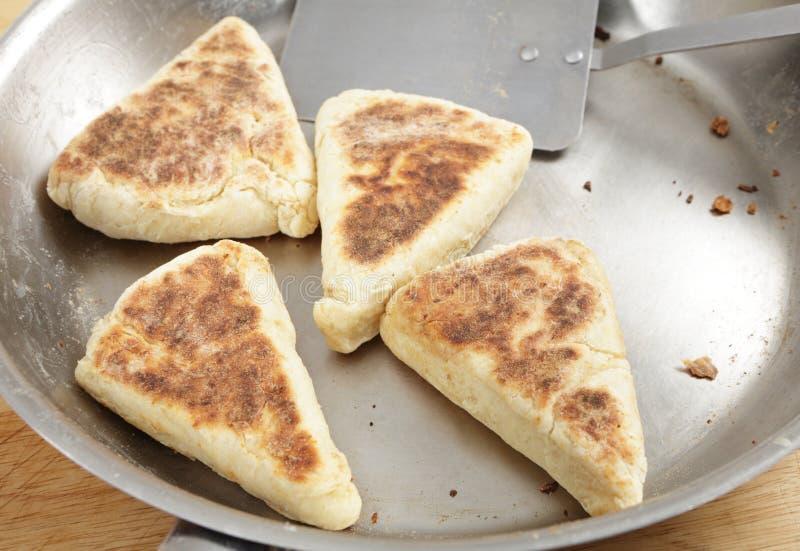 烹调在平底锅的带烤饼 库存图片