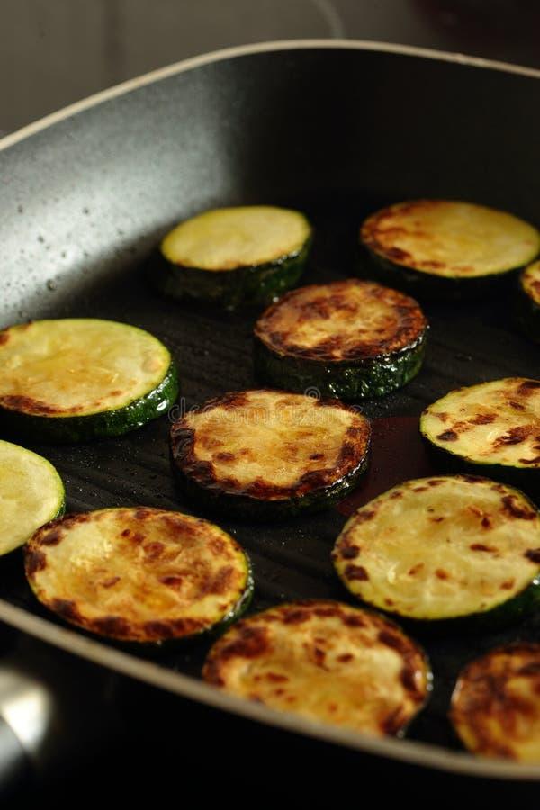 烹调在平板炉煎锅的切的绿皮胡瓜夏南瓜 库存图片