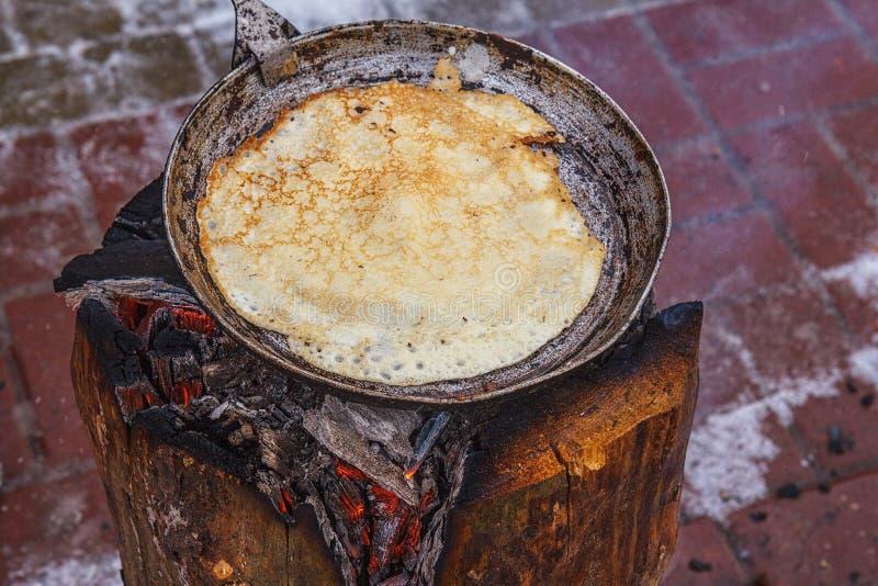 烹调在开火的薄煎饼 免版税库存照片