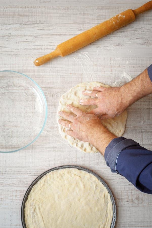 烹调在木桌上的薄饼面团 库存图片