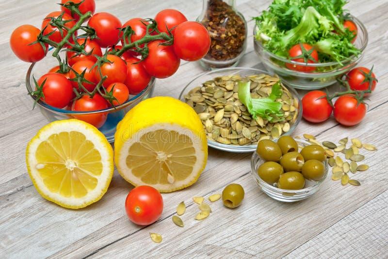 烹调在木背景的菜沙拉的新鲜食品 库存图片