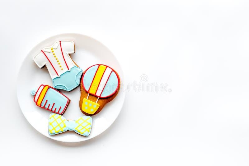 烹调在板材的姜饼曲奇饼在白色背景顶视图大模型的婴儿送礼会的 免版税库存照片