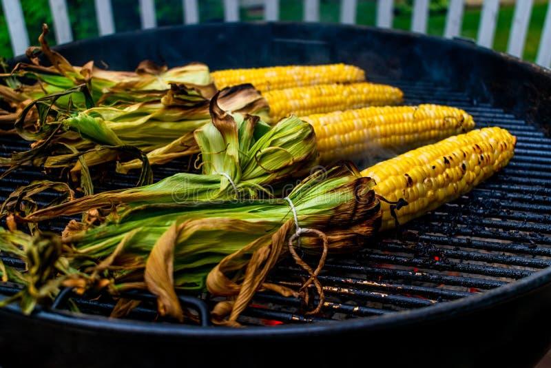 烹调在格栅的玉米棒子 库存照片