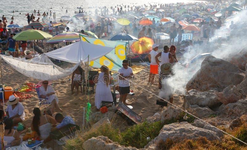 烹调在海附近的圣约翰庆祝在马略卡 库存照片