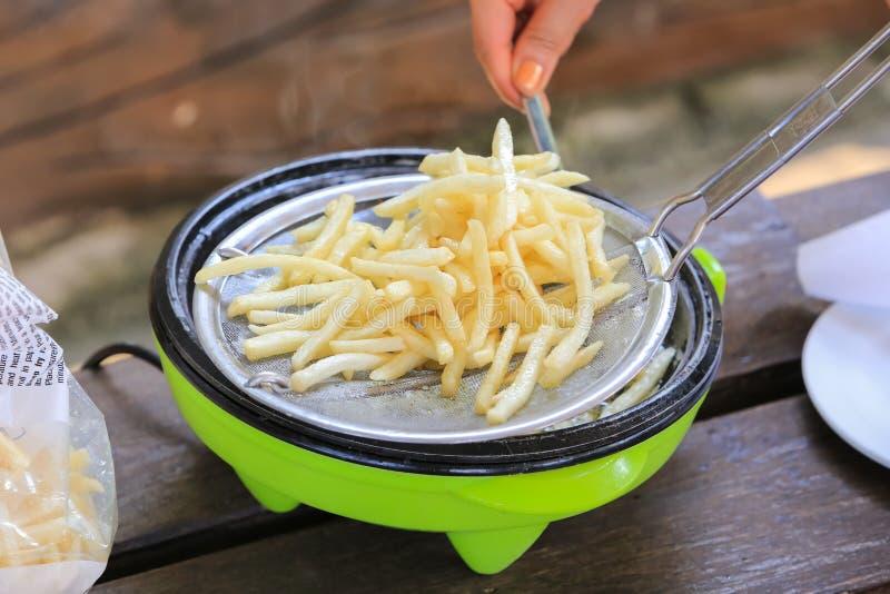 烹调在深炸锅的炸薯条 免版税图库摄影