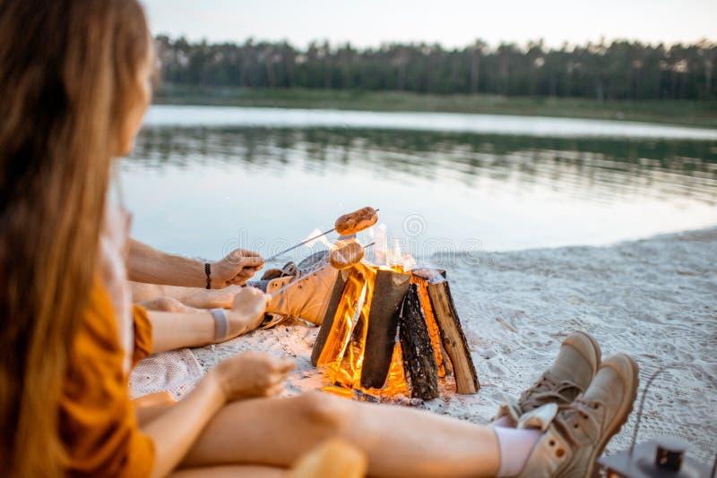 烹调在火户外的香肠 免版税库存照片
