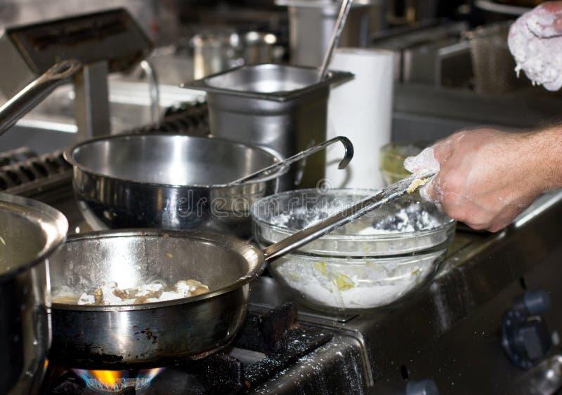 烹调在火炉的一个专业餐馆厨房里与f 库存图片