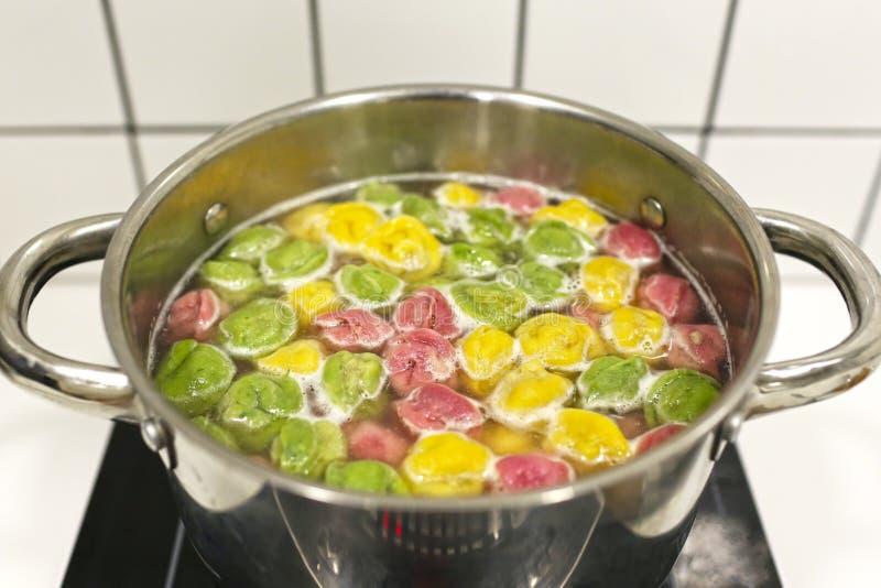 烹调在火炉的一个平底锅的煮沸的素食馄饨 库存照片