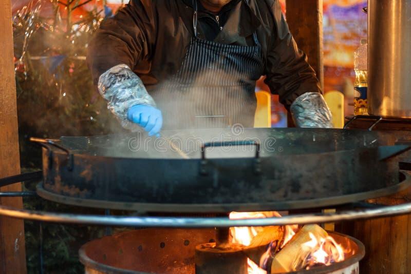 烹调在火的街道薄煎饼 免版税库存照片