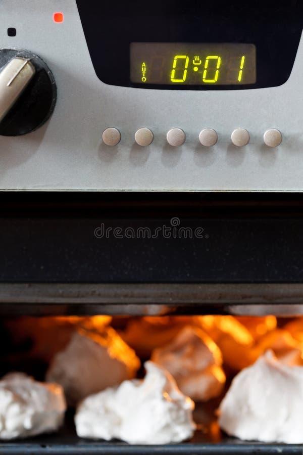烹调在烤箱的甜点心蛋白甜饼 库存图片