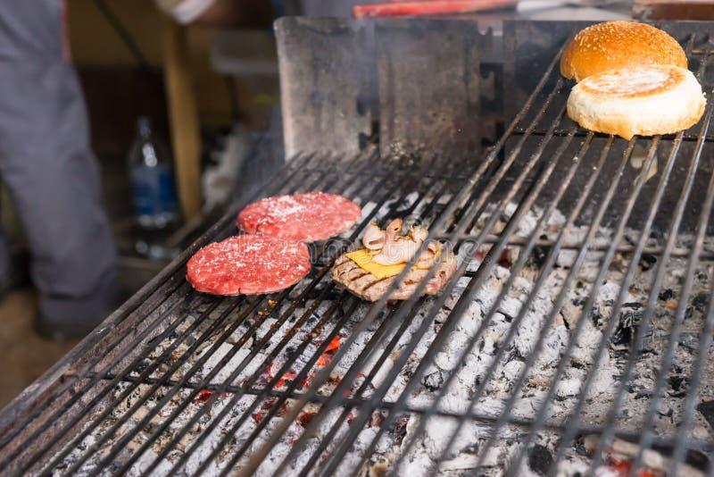 烹调在热的木炭格栅的汉堡 库存照片