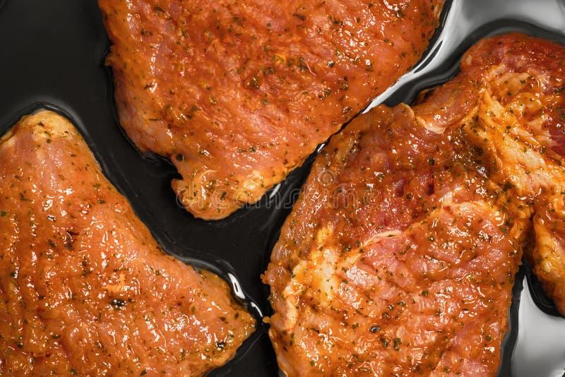 烹调在煎锅的肉片 库存照片