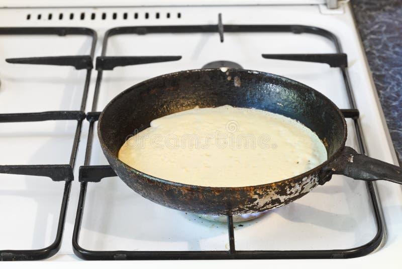 烹调在煎锅的薄煎饼 免版税库存图片