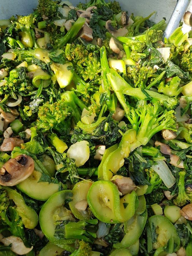 烹调在狂放的素食主义者:硬花甘蓝炖煮的食物用夏南瓜蘑菇和冬葵 库存图片