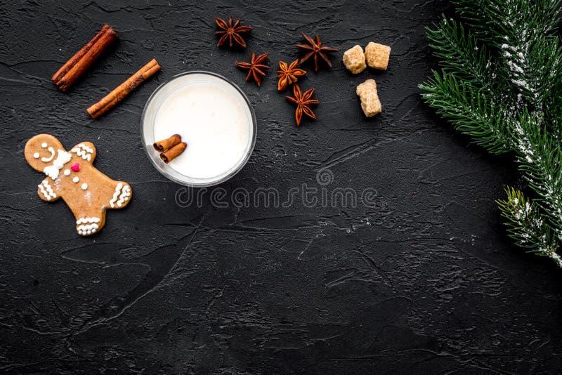 烹调在玻璃的圣诞节饮料蛋黄乳与桂香和云杉黑桌背景舱内甲板位置嘲笑的庆祝的 免版税库存照片