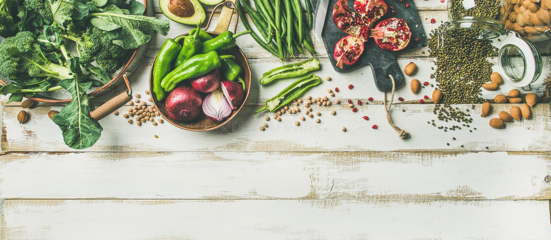 烹调在白色背景,垂直的构成的冬天素食食物成份 免版税库存图片