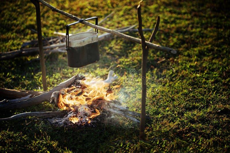 烹调在营火的罐 免版税库存照片