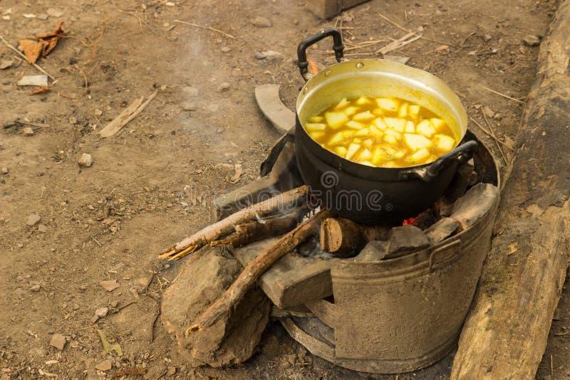 烹调在野营的辣汤 库存照片