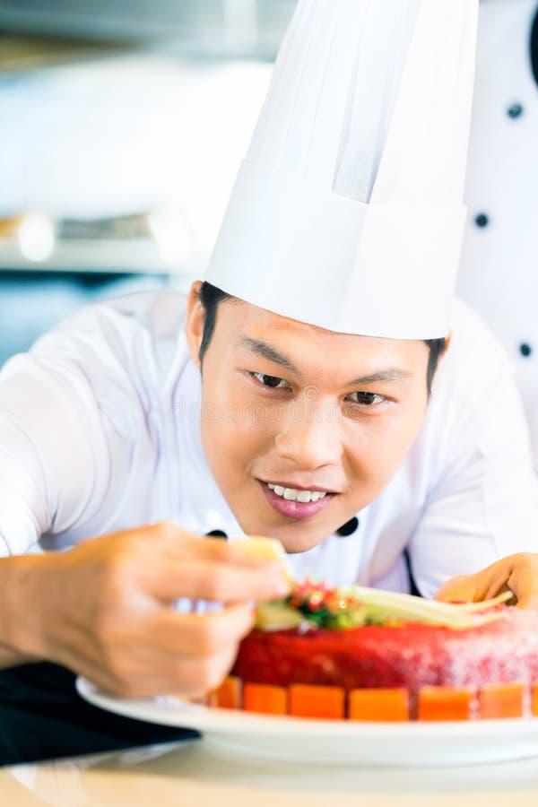 烹调在餐馆的亚裔厨师 免版税图库摄影
