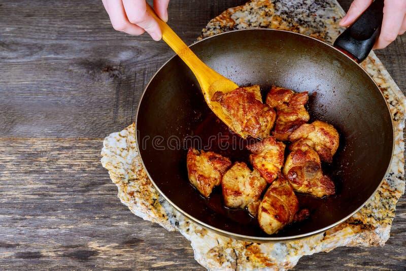 烹调在tandyr的铁锅的食物煎锅油煎了肉 免版税库存图片