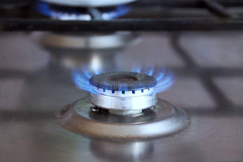 烹调天然气的明亮的火焰煤气炉特写镜头的燃烧器 免版税图库摄影