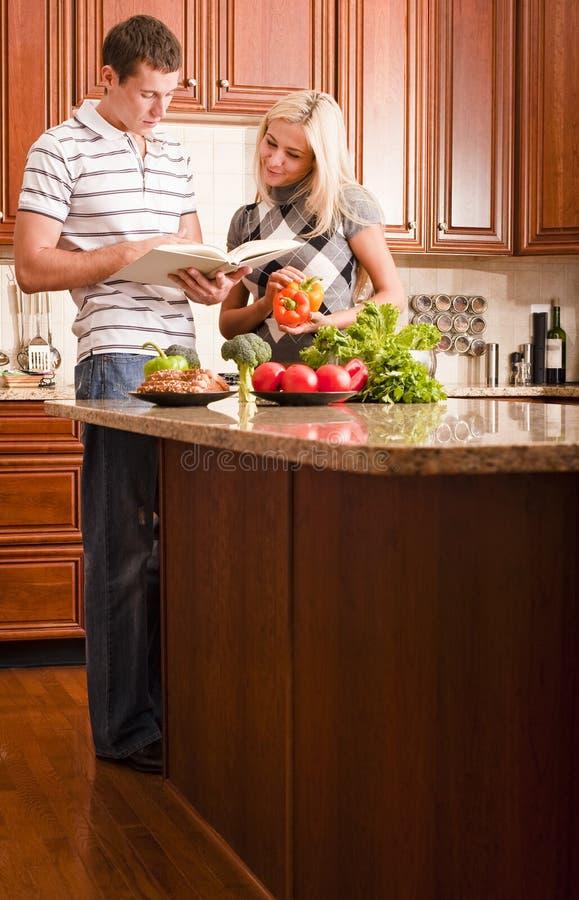 烹调夫妇年轻人 图库摄影