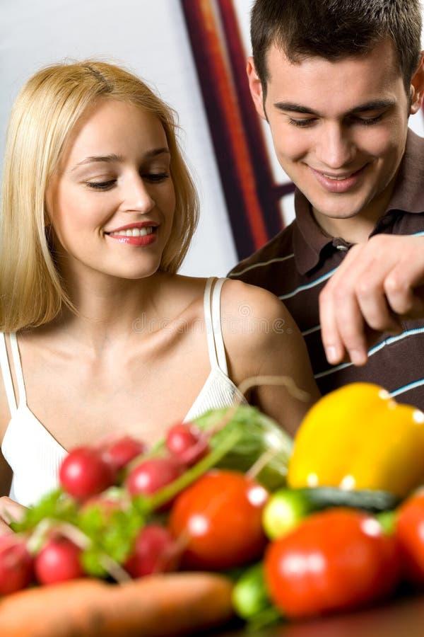 烹调夫妇年轻人 免版税库存图片