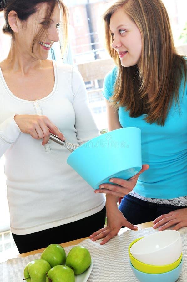 烹调女儿母亲 免版税库存图片