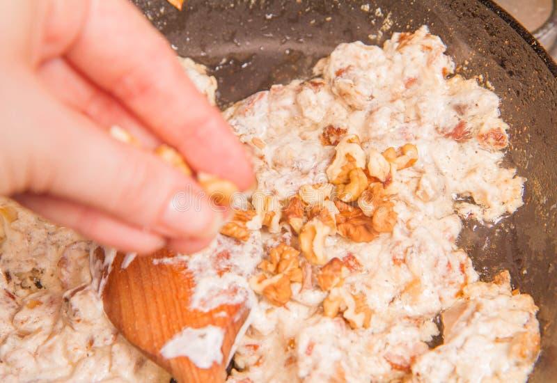 烹调奶油沙司 免版税库存照片