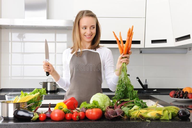 Download 烹调妇女 库存图片. 图片 包括有 白种人, 厨房, 快乐, 厨师, 平底锅, 烹调, 意大利面食, 蔬菜 - 15677325
