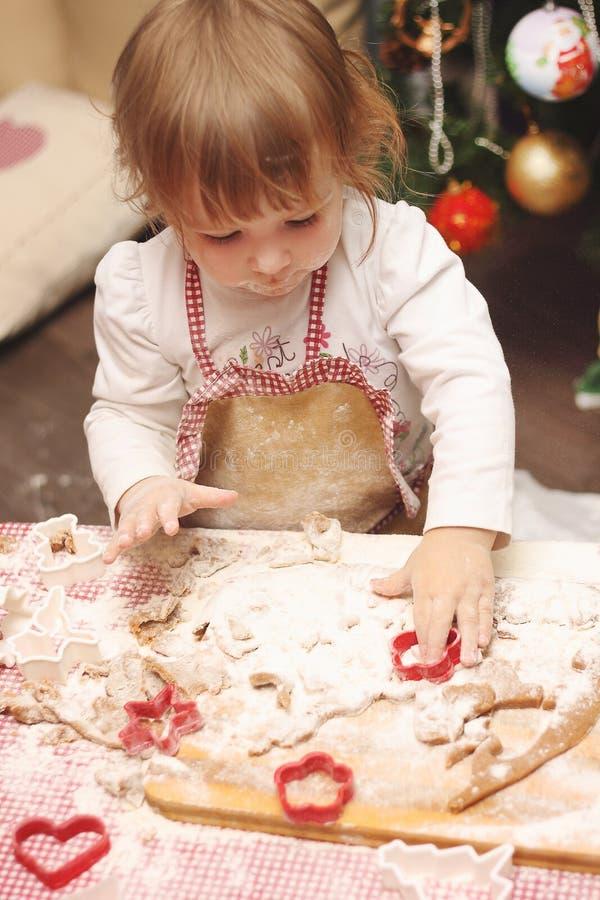 烹调姜饼曲奇饼厨房的儿童围裙 免版税库存照片