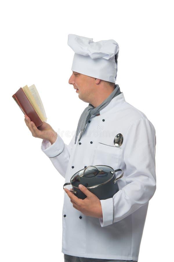 烹调学习食谱书和拿着平底深锅,在白色背景 库存图片