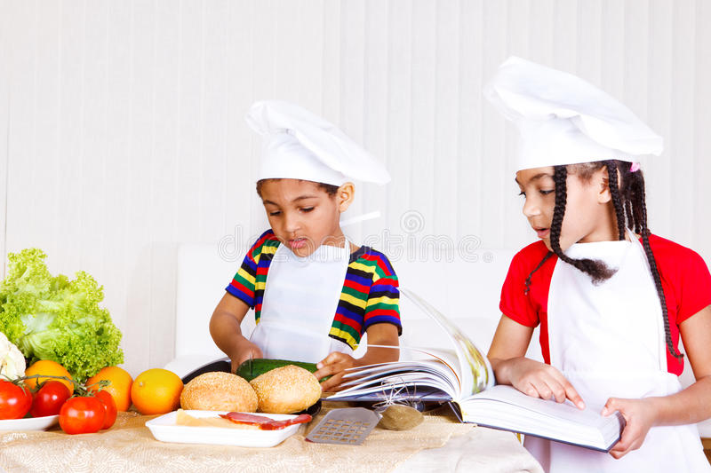 烹调孩子 免版税库存图片