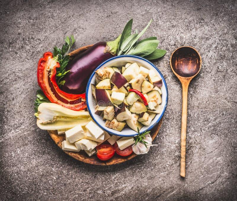 烹调巴尔干烹调的健康素食主义者成份:菜、茄子、辣椒粉、草本和香料,与co的巴尔干乳酪 免版税图库摄影