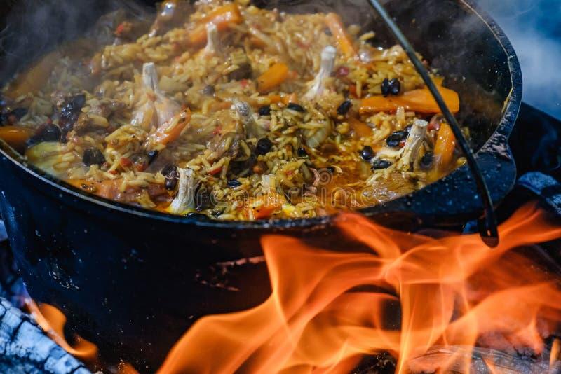烹调常礼帽篝火锅炉的肉饭,温暖 图库摄影