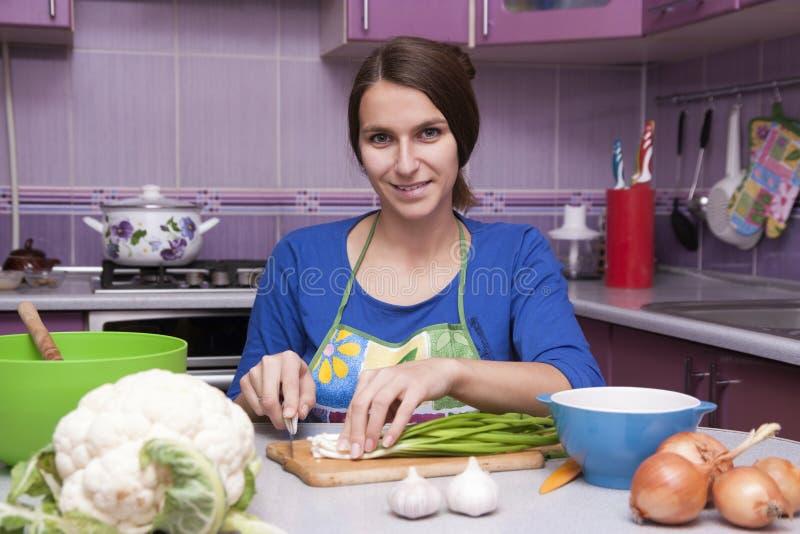 烹调愉快的妇女 免版税库存照片