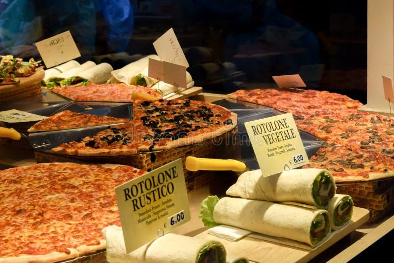 烹调意大利语的食品成分 比萨店窗口显示 库存照片
