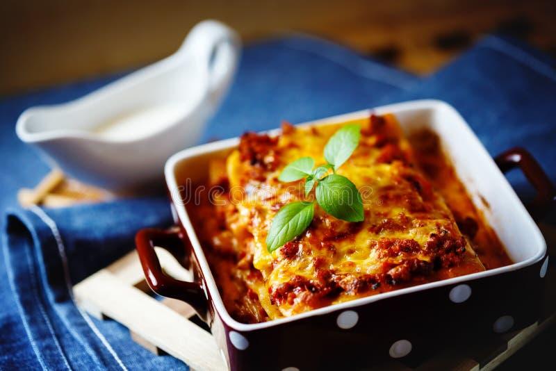 烹调意大利语的食品成分 烤宽面条板材 库存图片