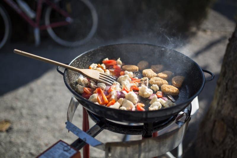 烹调户外在一个野营的厨房 免版税库存照片