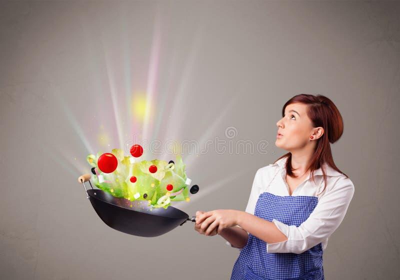 Download 烹调新鲜蔬菜的少妇 库存例证. 插画 包括有 油煎, 黄瓜, 图标, 辣椒粉, 红萝卜, 新鲜, 庭院, 本质 - 62526491