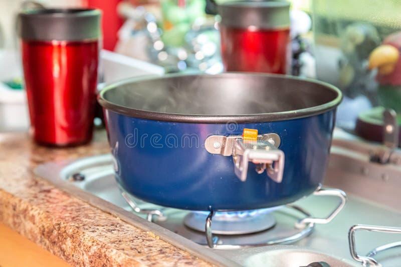 烹调晚餐在泪珠露营车厨房里 免版税图库摄影