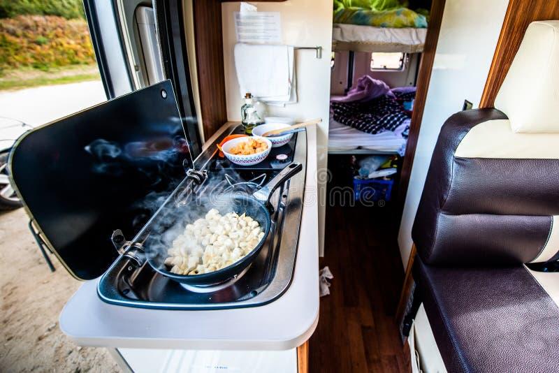 烹调晚餐或午餐在campervan,motorhome或者RV 免版税库存图片