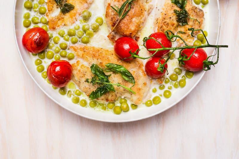 烹调有鸡胸脯、绿豆和烘烤蕃茄的平底锅在木背景,顶视图的奶油沙司 免版税库存照片