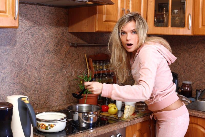 烹调正餐滑稽的惊奇的妇女 免版税库存图片