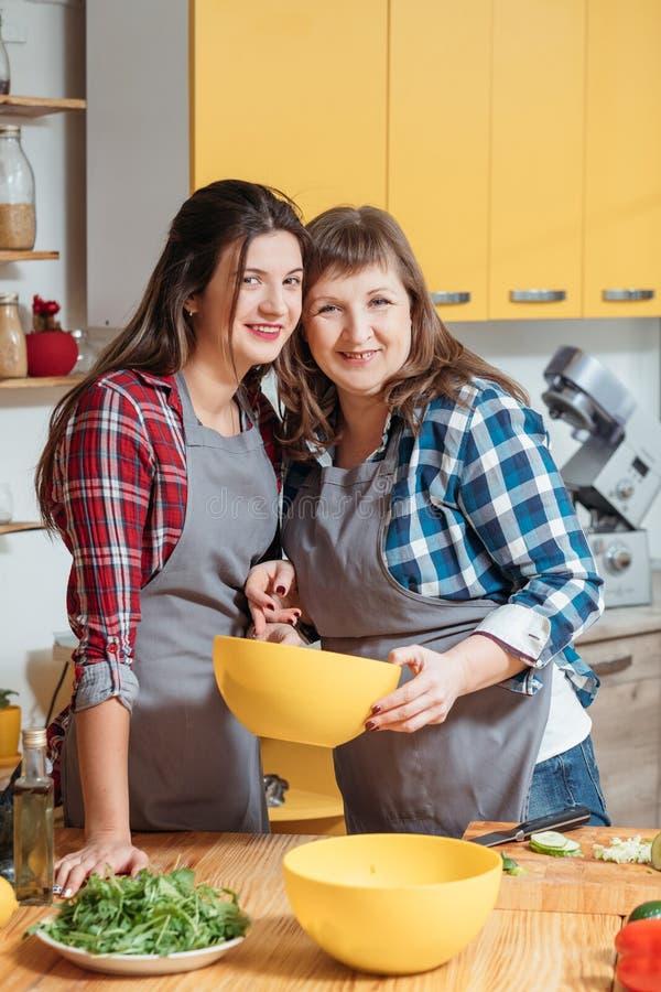 烹调母亲的女儿做新鲜的凉拌生菜 库存图片