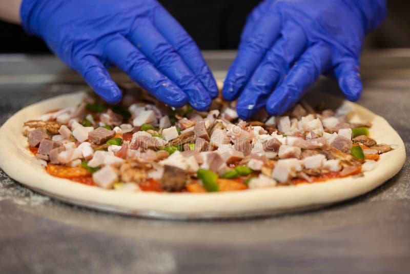 烹调比萨在餐馆 图库摄影