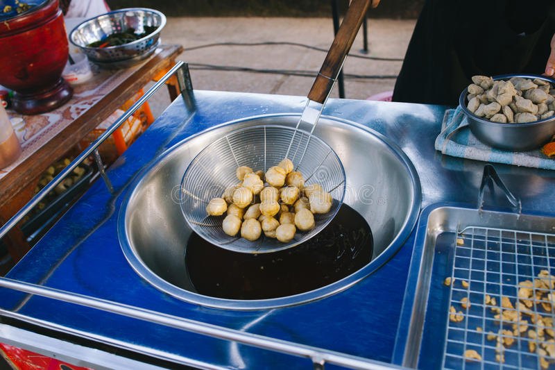 烹调油炸在平底锅的fishball在热油 免版税库存图片